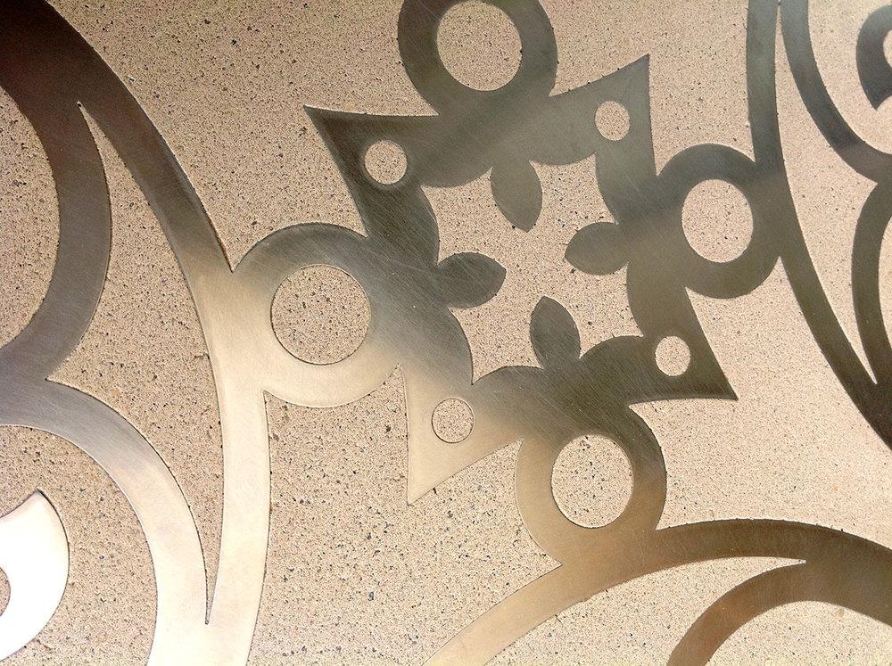 плитка из бетона с орнаментом из металла